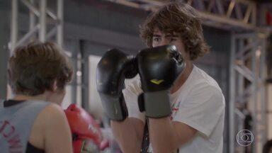 Pedro foge de Karina no ring - K tenta ensinar o guitarrista a lutar e todos morrem de rir