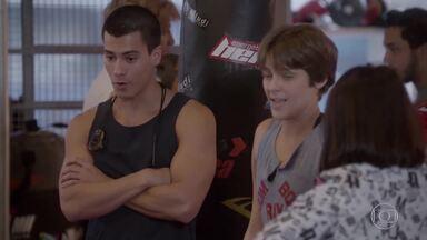 Duca fala que Pedro e Karina estão gostando de uma relação entre tapas e beijos - Karina conversa com Fabi sobre Pedro