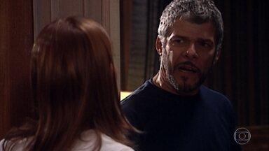 Pedro e Socorro saem em busca de Íris - Severino encontra Marta no alojamento feminino e acabam abraçadinhos