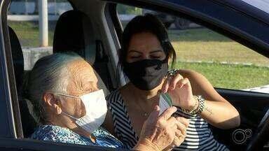 Idosos acima de 70 anos recebem primeira dose da CoronaVac em Sorocaba - Idosos com idade acima de 70 anos ou receberam a primeira dose da CoronaVac em Sorocaba (SP) nesta quarta-feira (24). As vacinas foram aplicadas em quatro pontos da cidade.
