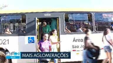 Passageiros cobram medidas para reduzir superlotação nos ônibus do DF - Segundo os passageiros, as empresas reduziram a frota na pior fase da pandemia e as aglomerações viraram rotina.