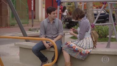 Jeff entrega anel para Mari e diz que seu pai quem comprou - Karina, Pedro e Tomtom se divertem no parque