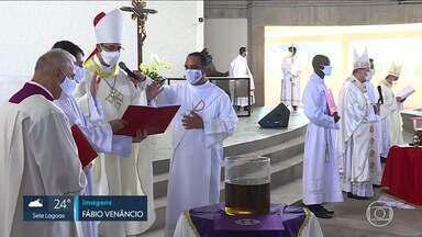 Missa da Unidade foi fechada para os fiéis e transmitida pela internet - Tradicional celebração da Semana Santa foi feita pela primeira vez na Catedral Cristo Rei, em Belo Horizonte.