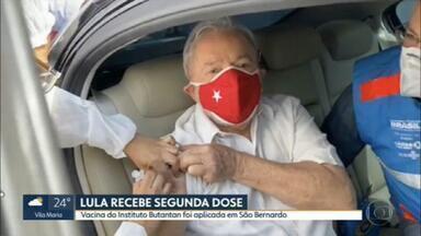 Lula recebe a segunda dose da vacina contra Covid-19 - O ex-presidente tomou a segunda dose da CoronaVac, produzida no Butantan. Lula, que tem 75 anos, foi vacinado na cidade de São Bernardo do Campo, onde ele mora.