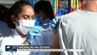 Após 3 dias parada, vacinação contra a Covid-19 em Caxias é retomada neste sábado - Data é dedicada a pessoas com 60 anos ou mais. No entanto, no Posto da Praça da Mantriqueira, em Xerém, pessoas abaixo dessa faixa etária conseguiram ser vacinadas.