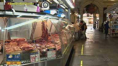 Preço da carne aumenta no Rio Grande do Sul - Corte mais caro é o da costela, com alta de mais de 10%, segundo levantamento feito pela Faculdade de Agronomia da UFRGS. Em janeiro, o quilo da costela custava em média R$ 39 e atualmente custa R$ 43.