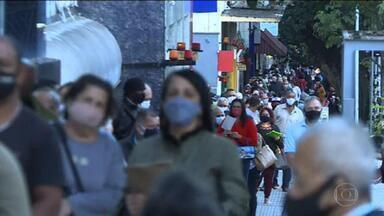 Pessoas se aglomeram em filas para pegar remédio de graça em BH - Governo de Minas afirma que tem tomado medidas pra evitar aglomerações.
