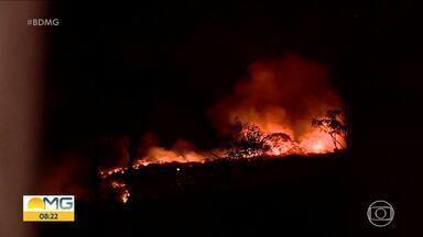 Bombeiros combatem chamas dentro de cemitério no bairro Jaqueline, em BH - O incêndio foi ontem à noite.