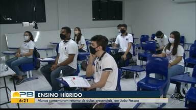 Alunos voltam a assistir aula presencial, mas de forma híbrida, em João Pessoa - Eles relataram como foi o retorno