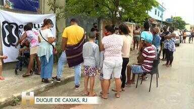 """Campanha entrega comida e cartão de compras em Duque de Caxias - """"Se tem gente com fome, dá de comer"""" usou centro cultural comunitário como base de distribuição"""