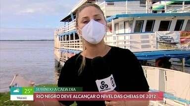 Rio Negro está prestes a atingir a cota severa de inundação em Manaus - Prefeitura da capital amazonense contrói pontes de madeira para tentar auxiliar as mais de 15 mil famílias afetadas