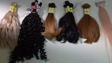 Mulher é suspeita de fazer fortuna vendendo cabelos doados para pacientes com câncer - As mechas desviadas iam para lojas de perucas no Brasil e no exterior. A polícia apreendeu mais de meia tonelada de cabelo.