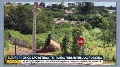 Homens que tentavam furtar tubulação de rio são detidos em Cascavel - Vídeo mostra momento que os suspeitos tentavam colocar um grande duto na carroceria de um carro.