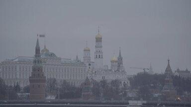 """""""Primeiro mostre seus dados"""" - Uma misteriosa vacina russa é aprovada antes do fim dos testes. Na Rússia, encontramos os criadores da Sputnik V e também quem desconfia dela. No Brasil, pressão para trazer a vacina."""