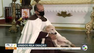 Frei de Angra dos Reis tem companhia de cães durante celebrações de missas - Vídeo, que viralizou nas redes sociais, mostra os animais ao lado do líder religioso durante as pregações.