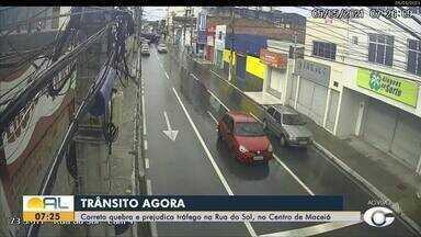 Carreta quebra em cruzamento no centro de Maceió - Motorista disse que aguarda um mecânico para retirar o veículo do local.