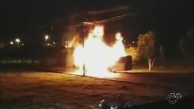 Ônibus é incendiado no bairro Vitória Régia em Sorocaba - Um ônibus foi incendiado no bairro Vitória Régia, em Sorocaba (SP). Foi por volta de meia-noite desta quarta-feira (5).
