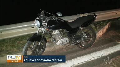 Motociclista sem habilitação fica ferida em acidente na Dutra, em Resende - Ocorrência aconteceu no km 308, na altura do bairro São Caetano. Segundo a PRF, ela perdeu o controle da moto e acabou caindo quando passava pelo trecho.
