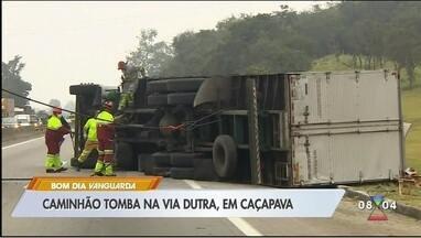 Caminhão tomba e causa lentidão na Dutra em Caçapava, SP - Motorista do caminhão teve ferimentos leves e foi socorrido no local.