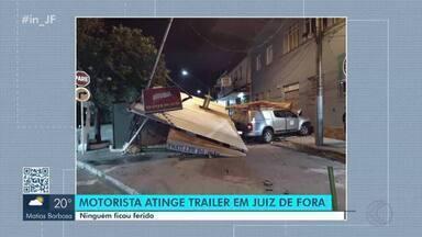 Acidente deixa trailer destruído em avenida de Juiz de Fora - Motorista perdeu o controle da caminhonete na Avenida Juiz de Fora e acabou atingindo o trailer durante a madrugada de domingo (9).