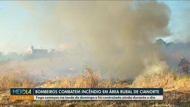 Bombeiros combatem incêndio em área rural de Cianorte - Fogo começou na tarde de domingo e foi controlado ainda durante o dia.