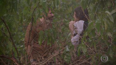 Pedro não consegue se esconder de Gael - Pedro agradece ao anjo da guarda, mas é surpreendido por Gael