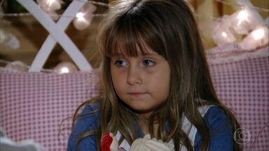 Manu fica aflita por não se entender com Ana - Rodrigo coloca Júlia para dormir e a acalma
