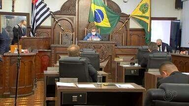 """Câmara abre CEI para apurar conduta da prefeitura de Bauru no enfrentamento à Covid - Os vereadores de Bauru (SP) aprovaram a instauração de uma Comissão Especial de Inquérito (CEI) para apurar """"ações e omissões"""" da prefeitura da cidade no enfrentamento à pandemia da Covid-19, nos anos de 2020 e 2021."""