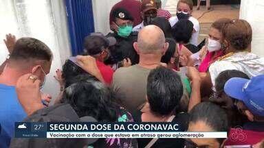 Aplicação de segunda dose da Coronavac gera tumulto em Porto Velho - Vacinação acontecia em uma faculdade particular e era para pessoas com vacina atrasada até o dia 28 de abril.