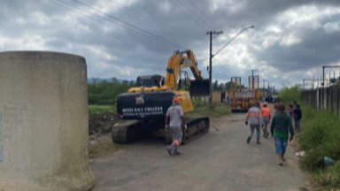 Mogi realiza nova ação para congelamento de área invadida na Vila São Francisco - O trabalho é para evitar novas ocupações. Na segunda-feira (10), foram bloqueados os acessos de veículos à área, com a colocação de tubos de concreto.