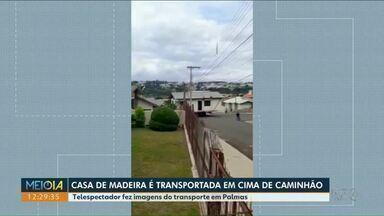 Casa de madeira é transportada em cima de caminhão no Sudoeste do Estado - Telespectador fez imagens do transporte em Palmas.