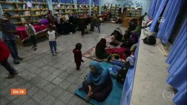 Famílias palestinas se refugiam em escolas da ONU durante bombardeios - O conflito entre Israel e os grupos extremistas Hamas e Jihad Islâmica está longe de terminar. Novos ataques da artilharia israelense foram registrados nesta sexta (14) na Faixa de Gaza. Autoridades da Organização das Nações Unidas em Gaza afirmam que dezenas de pessoas estão deixando as casas no território palestino. As famílias se refugiam em escolas da própria ONU.