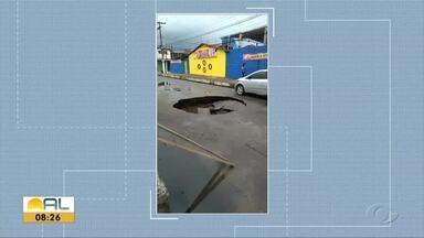 Após chuva, asfalto cede e forma cratera no bairro da Jatiúca - Carros tiveram dificuldade para passar pelo local.