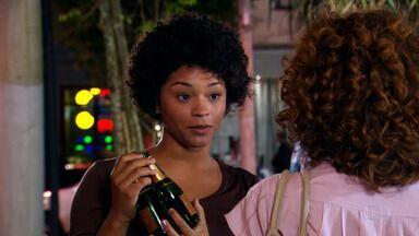 Desconfiada, Clotilde pressiona Rosário - Jacques conta para Jaqueline que viu Ari e Marta carregando tecidos dos vestidos de Victor Valentim
