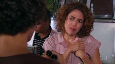 Clotilde descobre que Rosário foi a culpada pela invasão de Valentim ao ateliê - Rosário confessa que convidou Roberval para ir ao ateliê