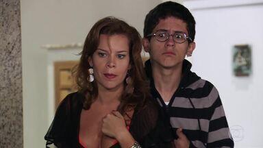 Lipe defende Thaisa de assédio - E ela salva o menino das mãos de Marcão. Breno manda o garoto ir embora de sua casa