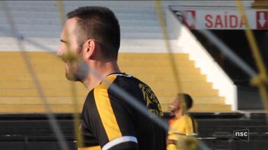 Goleiro Roberto não esconde a emoção de voltar a defender o Criciúma - Goleiro Roberto não esconde a emoção de voltar a defender o Criciúma
