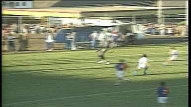 Régis, do Paraná, vacila na frente de Cesar, que marca para o Londrina - Régis, do Paraná, tenta driblar e vacila na frente de Cesar, que marca para o Londrina