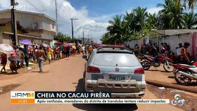 Distribuição de madeira gera aglomerações em Iranduba, no Amazonas - Moradores pedem ajuda durante enchente.