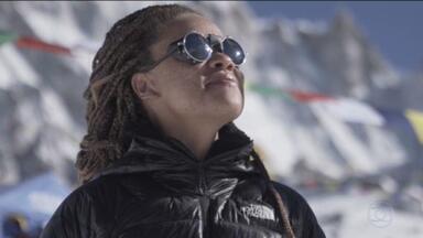 Ex-catadora de latinhas vira atleta e chega ao topo do Monte Everest - Para chegar no alto dos 8.848 metros do Everest, Aretha decidiu juntar recursos por meio da coleta de recicláveis.