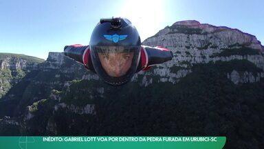 Gabriel Lott voa por dentro da Pedra Furada em Urubici - Gabriel Lott voa por dentro da Pedra Furada em Urubici