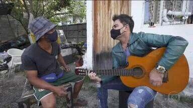 Carroceiro, compositor e cantor, Rogerinho faz parceria surpresa com Zezé Di Camargo - Nascido em Teotônio Vilela, em Alagoas, Rogerinho tira o sustento das ruas da capital paulista com a reciclagem, enxergando letra e melodia por onde quer que ande.