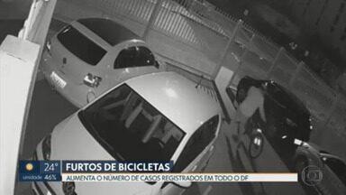 Aumentam os casos de furtos de bicicleta no DF - Em 2021, houve um aumento de 15% nas ocorrências em relação ao ano passado. Em alguns casos, a polícia recupera a bicicleta, mas não consegue encontrar o dono. Por isso, a FUNAP criou um projeto para transformar essas bicicletas em cadeiras de rodas.
