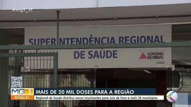Regional de Juiz de Fora distribui 22ª remessa de vacinas contra a Covid-19 - As doses chegaram na última sexta-feira (4), mas começaram a ser distribuídas aos 37 municípios de abrangência nesta segunda (7).
