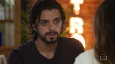 Alejandro diz para Luna que tem algo para contar sobre Juan - A filha de Mário nota que o amigo mudou com os anos