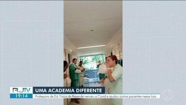 Professora de Resende vence a covid e ajuda outros pacientes a lidarem com a internação - Angélica é professora de Educação Física e transformou os corredores do hospital em uma academia.