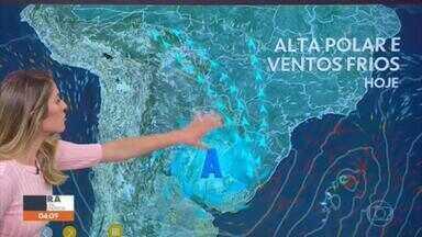 Frente fria derruba as temperaturas em algumas regiões do país nesta sexta - Uma frente fria vai atravessar o país e despencar as temperaturas nesta sexta-feira (11). Um ar muito frio vai secar todo o Sul, parte do Centro-Oeste e São Paulo. A temperatura máxima para Campo Grande (MS) será de 22°C hoje. Previsão de chuva para SP na manhã e à tarde.