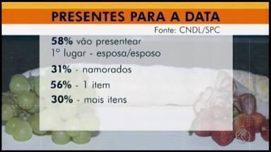 Dia dos Namorados: presentes movimentam setor de alimentação em Divinópolis - Pesquisa da Confederação Nacional dos Dirigentes Lojistas (CNDL) aponta que 55% dos entrevistados vão passar o Dia dos Namorados em casa, principalmente os casados.