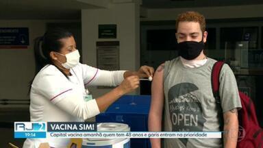 Rio vacina maiores de 49 anos e profissionais de educação nesta quarta - Na quinta, a cidade do Rio vacina mulheres de 48 anos e grávidas e mulheres que deram a luz pelo menos há 45 dias. Na sexta-feira, é a vez dos homens de 48 anos.