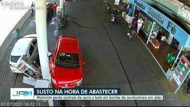 Carro bate em bomba de gasolina em Jataí - Motorista diz que é recém-habilitado e confundiu os pedais.